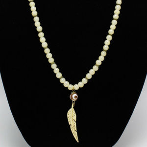 NATURAL STONE NECKLACE WITH METAL FEATHER